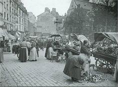 Mélangeons-nous aux marchandes de quatre-saisons devant l'église Saint-Médard, dans le bas de la rue Mouffetard, en 1915. Imaginez le bruit, les odeurs... Photo © Roger-Viollet  (Paris 5e)