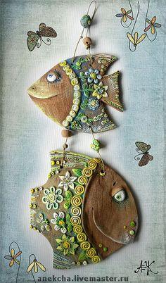 `Рыба полевая, обыкновенная` панно, керамика. Рыбы полевые , обыкновенные...обитают в полях лесостепной зоны....В еде и уходе- неприхотливы, и ужасно болтливы.   Любят всякие цветочки и бусинки ,как и их подружка, цветочная черепашка.  Прекрасный подарок для подружки , родившейся под знаком Рыб.