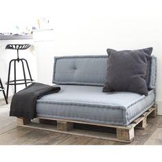 Ambachtelijke matraskussens in de kleur grijs op een pallet.