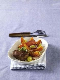 Das Rezept für Rinderfilet auf Kürbis-Trauben-Gemüse und weitere kostenlose Rezepte auf LECKER.de