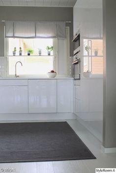 keittiö,ikkunalauta,valkoinen keittiö,yrtit,korkeakiilto keittiö Alcove, Bathtub, Kitchen Cabinets, Kitchens, Home Decor, Standing Bath, Bathtubs, Decoration Home, Room Decor