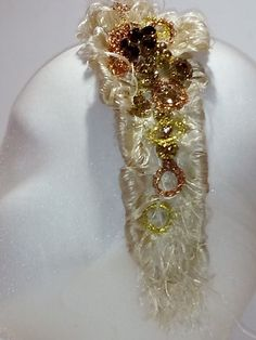 Tocado de novia sobre diadema. Tonos marfil y pedrería en cobres y dorado Napkin Rings, Brooch, Jewelry, Decor, Fashion, Copper, Templates, Ivory, Bridal Headpieces