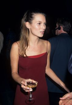Kate Moss's Best Slip Dress Moments of All Time - Vogue Kate Moss Joven, Style Année 90, 1990s Style, Kate Middleton Hair, Kate Moss Style, Moss Fashion, Queen Kate, Fashion Designer, Fashion Moda