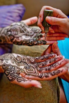 Beautiful henna tatoos adorned Preeya's hands during Preeya and Pramod's Hawaiian Hindu Wedding Photo credit: IQphoto Studio