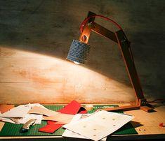 Modello Testi di terra un semplice ma elegante lampada da tavolo completamente fatta a mano, usando i materiali riciclati massimi e completamente