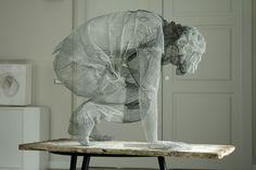 Edoardo Tresoldi est un sculpteur scénographe italien qui vit et travaille à Rome. C'est avec une grande dextérité et un réel talent que l'artiste modèle ses personnages faits de grillage.  L'artiste fige ses oeuvres dans un mouvement, un passage, comme le ferait le photographe. La transparence du grillage donne un sentiment mystérieux et étrange à ces personnages fantomatiques.