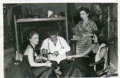 """Marga Lopez, Ana Luisa Peluffo y Jorge Mistral durante un descanso en la película """"Orquídeas para mi esposa"""""""