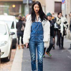 15 Looks para Arrasar no FRIO de Verdade. Look jardineira jeans e fluffy coat.