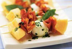 Mini-brochettes de cantaloup, bocconcinis et prosciutto #recette #bouchee