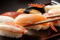 [리얼푸드=박준규 기자] 초밥은 누구나 좋아하는 메뉴입니다. 과거엔 정통 일식집에 가야만 맛볼 수 있었지만 이제 꽤 대중적인 음식이 됐습니다. 신선한 생선살과 약간의 고추냉이, 흰쌀밥이 재료의 전부인 초밥은 '단순함의 미학'을 드러...: SHSHI