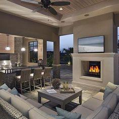 Casa de campo é casa aconchegante! Com uma lareira  e um sofá confortável fica melhor ainda! #inspiracao #decoracao #apartamento