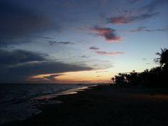 Aaaah! Puesta de Sol en El Yaque- Isla Bonita. Eres así así de hermosa  con esa Paz en tus atardeceres con el luz de amarillo con la calidez de azul y con la fortaleza del rojo. Así eres tú #venezuela Quiero volver a disfrutar de estos Atardeceres en tus playas con mi gente. Te quiero así libre como me enseñastes a ser. #sosvenezuela #venezuelalucha #fuerzayfe #venezuelalibre #elyaque #islabonita #margarita   via Instagram http://ift.tt/2o6QM8x