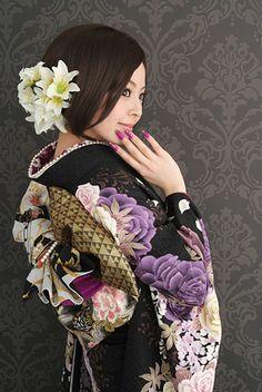 Japanese woman posing in Kimono Japanese Geisha, Japanese Kimono, Japanese Girl, Yukata, Japanese Outfits, Japanese Fashion, Kimono Fabric, Oriental Fashion, Sari