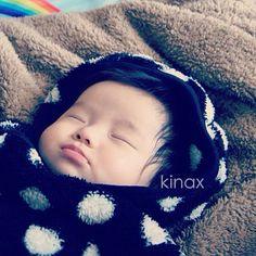 *  good afternoon(๑′ᴗ‵๑)☔  Today is rainy & cold...  *  今日は寒いねぇー。  ぬくぬくちびっこをリポスト  *  ちょっと喉が痛くて、手が荒れてきたこの頃。  冬だねぇー。  *  みんなもあったかくして過ごしてね(๑′ᴗ‵๑)  *  #親バカ部 #children #kids   2012.11.06 - @kinax- #webstagram