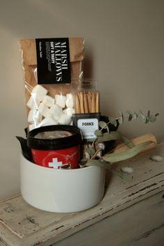 Contenedor de papel (tratado de manera natural y ecológica, lavable) con cervezas y galletas saladas.   42,25€