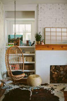 我們看到了。我們是生活@家。: 家裡的客廳有著舒適的吊椅,Kelley Howley的家,美國生活設計網站A Beautiful Mess『AT HOME WITH…』單元