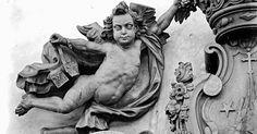 Detalhe de portal de uma igreja de Nossa Senhora do Carmo, em Sabará (MG), feita pelo escultor Aleijadinho (Antônio Francisco Lisboa). O fotógrafo argentino Horacio Coppola fotografou uma série de obras do artista em 1945