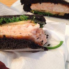 Tão bom! Hambúrguer de salmão com algas em bolo do caco com tinta de choco da #peixariadoprego #delicioso