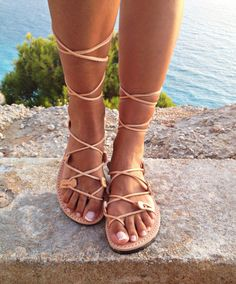 Un par de sandalias de cuero griego genuino 100%  Sandalias de verano ♥ hechos en Grecia ♥ les puede llevar todo el día, que son muy comodos ♥