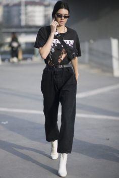 We ❤️ 90s! Kendall Jenners cooler Hip-Hop-Look in Mailand. Mehr davon auf VOGUE.de
