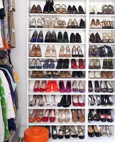 Sapatos arrumados numa estante