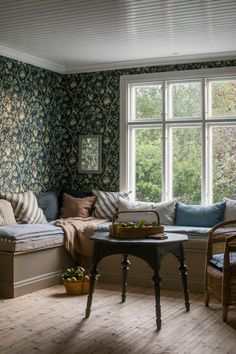 The wallpaper pattern Ingrid Marie from Boråstapeter Gorgeous floral wallpaper Style Cottage, Banquette Seating, Cozy House, Home Decor Inspiration, Living Spaces, Sweet Home, Bedroom Decor, New Homes, House Design