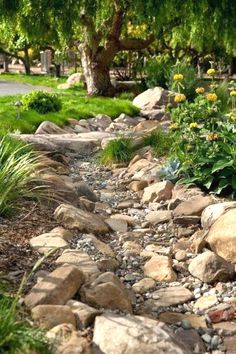Creative Lawn and Garden Edging Ideas with Images. 37 Creative Lawn and Garden Edging Ideas with picture, inpiration for your garden Small Front Yard Landscaping, Landscaping With Rocks, Backyard Landscaping, Landscaping Ideas, Backyard Ideas, Dry Riverbed Landscaping, Landscaping Software, Terraced Landscaping, River Rock Landscaping
