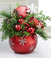 Fresh & Festive Holiday Arrangement to make extras and sell Diy Christmas Garland, Christmas Mantels, Christmas Holidays, Christmas Bulbs, Christmas Flower Arrangements, Christmas Flowers, Theme Noel, Xmas Decorations, Diy Christmas Centerpieces
