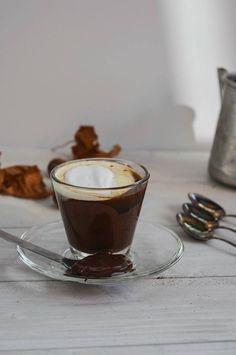 Caffè alla nocciola con cioccolato fondente.