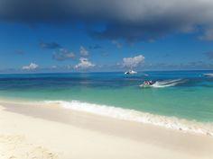 Seychellit. Cousin Island. Paikalliset matkanjärjestäjät järjestävät matkoja saarelle. Matkanjärjestäjät eivät saa viedä vierailijoita suoraan rantaan. Erityiset vartijaveneet tulevat hakemaan vierailijat noin 200 m rannasta. Opastettu kierros kestää noin 75 min. Muista hyttyskarkote.