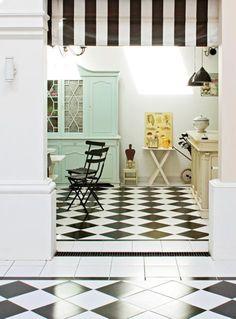El patio y el quincho de esta casa argentina -declarada Patrimonio Histórico Nacional- tienen un hermoso piso de mármol de Carrara en damero blanco y negro, que llegó en barco desde Italia.