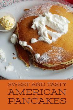 Die klassische Variante der amerikanischen Pancakes ist mit Ahornsirup und Puderzucker. Aber auch mit Zimt, Zucker und Sahne schmecken sie sehr lecker. #pancakes #rezepte American Pancakes, Tasty, Crepes, Breakfast, Sweet, Profile, Usa, Food, Canela