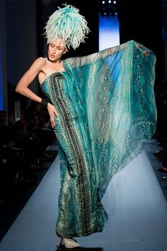 Эпатаж, сексапильность и асимметрия – так можно охарактеризовать коллекцию Jean Paul Gaultier haute couture весна-лето 2015. Модельер, завершив свою деятельность на ниве pret-a-porter, сосредоточился на создании одежды haute