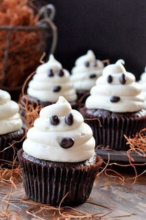 Halloween cupcakes (Halloween cupcake ideas for decorating cupcakes in cute and fun ways for scary and spooky Halloween parties. Best Halloween Ideas to try & Adorable witches hat cupcake for Halloween | Cupcakes galore ...