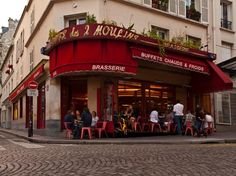 Did You KNOW the Cafe where Audrey Tatou's character Amélie Poulain  worked is real?  Hidden away on rue Lepic below the place de Abbesses. The crème brulée is now named after its most famous fictional employee.