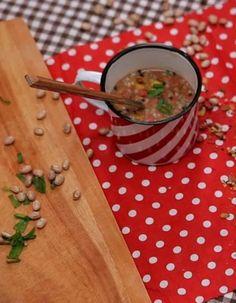 Essa receita de caldinho de feijão crispy, além de super fácil, é uma ótima opção para quando as temperaturas estão baixas.