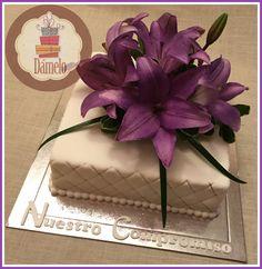 Torta cuadrada, sabor vainilla con chips, forrada con masa fondant, decorada con flores naturales. #shower, #matrimonio, #compromiso, #aniversario