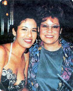 Selena Quintanilla-Pérez Photo: Selena with her mom Marcella:) Selena Quintanilla Perez, Buffy, Selena And Chris, Selena Selena, Selena Pictures, Selena Pics, Divas, Mexican American, Her Music