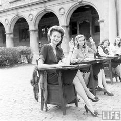 A beautiful photo set of college or university girl's fashions from the LIFE Archive. Vintage Girls, Vintage Love, Vintage Beauty, Retro Vintage, Vintage Outfits, 1940s Outfits, Vintage Clothing, Vintage Dresses, Vintage Style