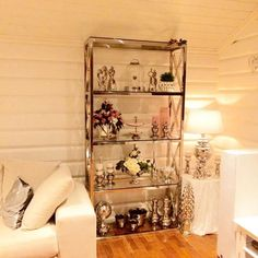 Lekkert hos @hoelvibeke med glamhylle fra @classicliving  #classicliving #classy #homedesign #house #interiør #furniture #home  #interior125 #vakrehjemoginteriør #housestyling #homestyling #vakrehjem #housedecor #nordiskehjem #nordicinspiration #boligpluss #bobedre #skandenaviskehjem #finahem #livingroom #kitchen #bedroom #interiordesign #interiors #glam #hylle @classicliving