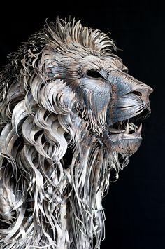 Voici une oeuvre absolument fantastique réalisée par le sculpture turc Selçuk Yilmaz. Ce lion en métal est composé de plus de 4 000 pièces. Il pèse 250 kilos et mesure 3.3 mètres de long, 1.85 mètres de haut et jusqu'à 1 mètre de large ! D'autres sculptures de l'artiste sont visibles sur son Behance.
