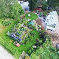 Nybloggat. Min trädgård från ovan. Se filmen på bloggen. Länk i profilen. Mindre än vad man kan tro, men oj vad mycket man kan få ut av en liten plätt! Dessutom odlar jag 150 kvm på lånad mark.   #minträdgård #grönsaksland #trädgårdsland  #potager  New blogpost. See my garden from above. Link in profile #mygarden #potagergarden #containergardening #organicgardening #rostrochradisor #anettebrunsell2016 Dream Garden, Home And Garden, Vegetable Garden, Homesteading, Stepping Stones, Tro, Garden Design, Golf Courses, Landscape
