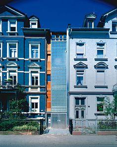 Die graue Einfahrt, 2,90 Meter schmal und 38 Quadratmeter klein, wandelte sich in komfortable 135 Quadratmeter Wohnfläche.
