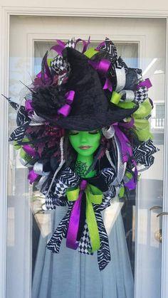 Halloween Witch Wreath, Halloween Mesh Wreaths, Creepy Halloween, Outdoor Halloween, Diy Halloween Decorations, Halloween House, Holidays Halloween, Halloween Themes, Vintage Halloween