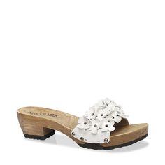 Die charmanten Blumenapplikationen verzaubern, das weiche anschmiegsame Leder schmeichelt der Haut. Und durch das einfache Reinschlüpfen sowie die geringe Absatzhöhe ist für Komfort ebenfalls gesorgt. Sensationell sieht die süße Sandalette zu einem kurzen A-Linien Kleid aus. #münchen #softclox #sommer #shoes #frühjahr #kaschmir #white