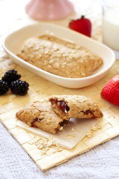 Nutri-Grain-Style Cereal Bars (with a gluten-free option!) Healthy homemade cereal bars with a gluten free option too! Baby Food Recipes, Gluten Free Recipes, Snack Recipes, Granola Barre, Sin Gluten, Healthy Treats, Healthy Foods, Brunch, Yogurt