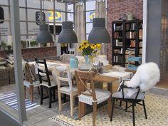 leuke verschillende houten stoeltjes om eettafel