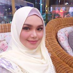 Hobi baru Siti Nurhaliza mengejutkan...   Wah bukan main aktif lagi sebenarnya Datuk Siti Nurhaliza ni semakin lama semakin menjaga kesihatannya. Aktiviti yang dilakukan Siti cukup lasak dengan berbasikal. Jom tengok bagaimana profesionalnya Siti bersukan basikal ini.Baca lagi  Gosip
