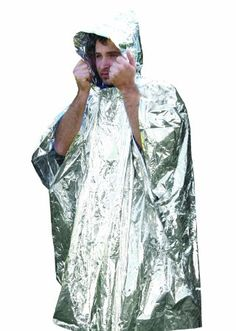 The Survival Poncho is an emergency poncho made of highly reflective materials. The poncho can also be used as a signal device in an emergency situation. Survival Skills, Survival Gear, Survival Blanket, Camping Blanket, Bug Out Bag, First Aid Kit, Country Outfits, Outdoor Survival, 1 Oz