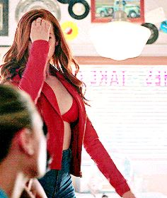 Find images and videos about gif, tv and riverdale on We Heart It - the app to get lost in what you love. Cheryl Blossom Riverdale, Riverdale Cheryl, Bughead Riverdale, Riverdale Memes, Cheryl Blossom Aesthetic, Calin Couple, Camila Mendes Riverdale, Gifs, Madelaine Petsch